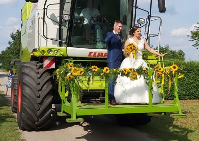 Esküvő - kombájnon viszik a menyasszonyt